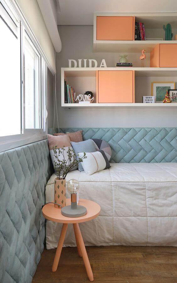 quarto de solteiro planejado com mesa de cabeceira retrô na cor rosa Foto Casa de Valentina