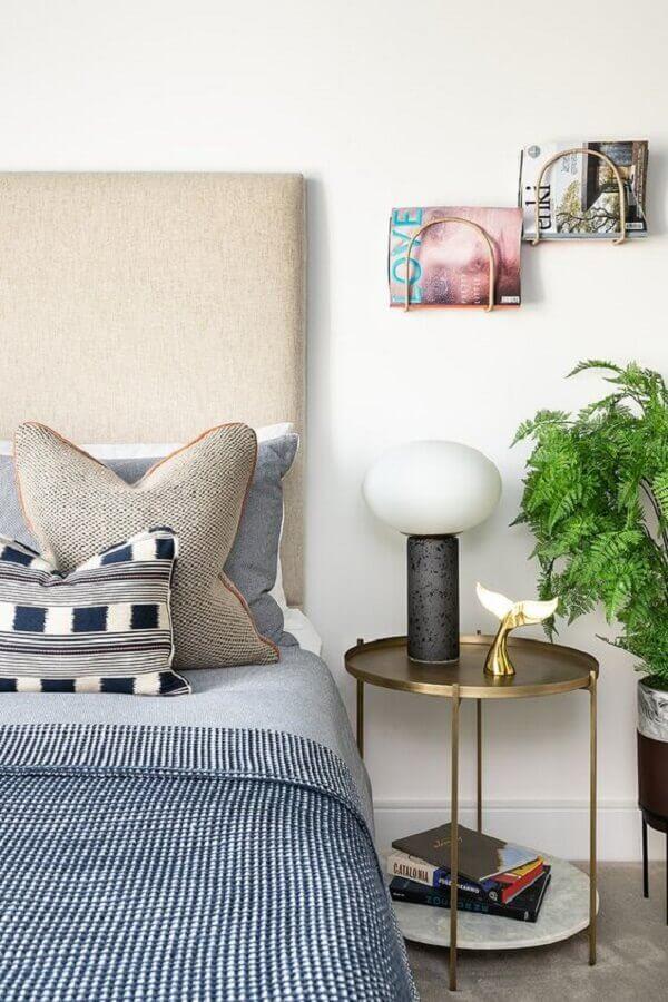 quarto decorado com mesa de cabeceira redonda com acabamento cobre Foto Houzz