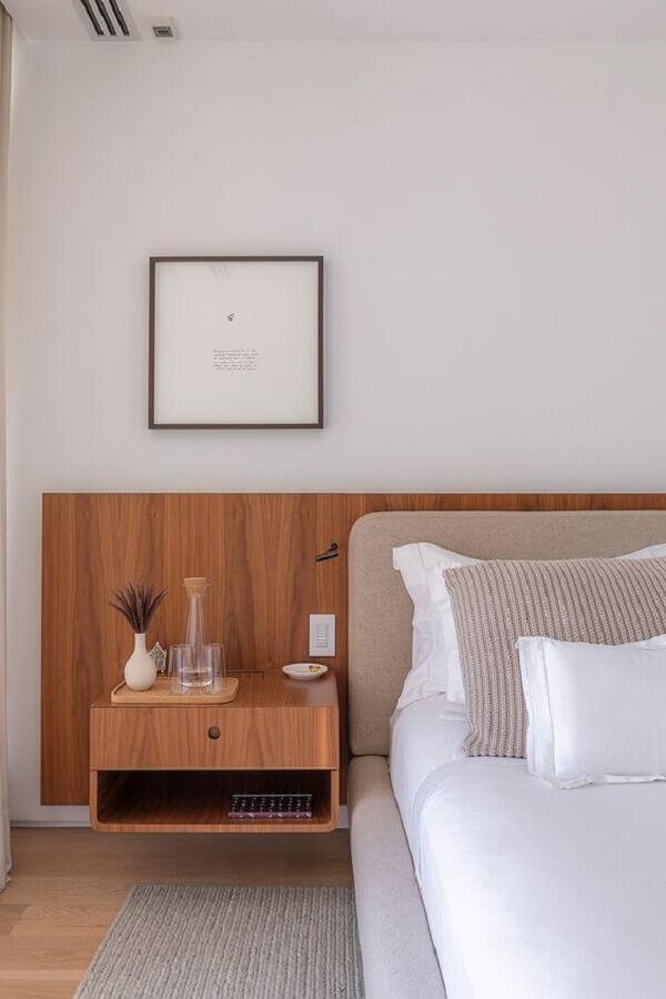 quarto decorado com mesa de cabeceira suspensa em madeira Foto Casa de Valentina