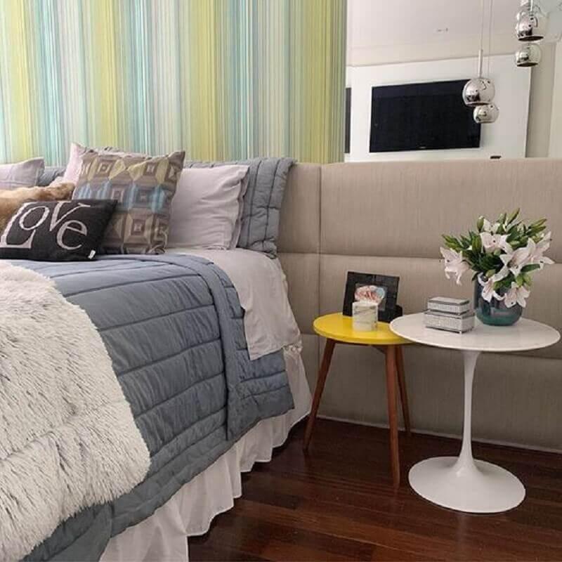 quarto decorado com papel de parede colorido e mesa de cabeceira redonda Foto Pinterest