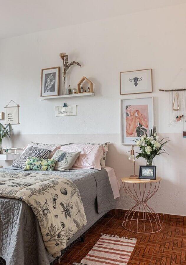 quarto feminino decorado com mesa de cabeceira redonda aramada Foto Histórias de Casa
