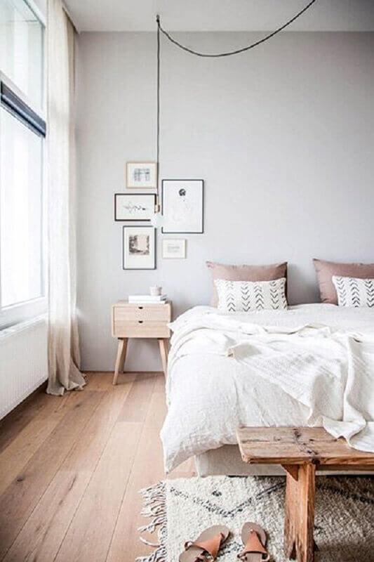 quarto minimalista decorado com mesa de cabeceira retrô de madeira Foto Coisas da Léia