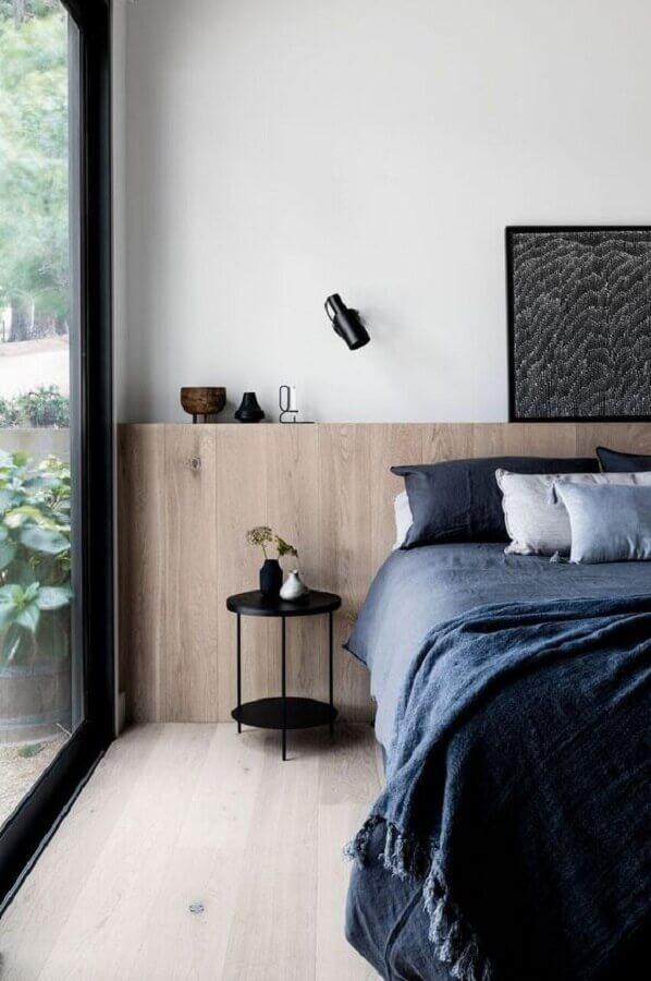 quarto moderno decorado com mesa de cabeceira pequena redonda Foto The Local Project