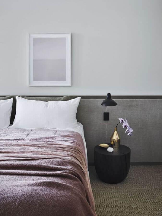 quarto moderno decorado com mesa de cabeceira preta redonda Foto Elle Decor
