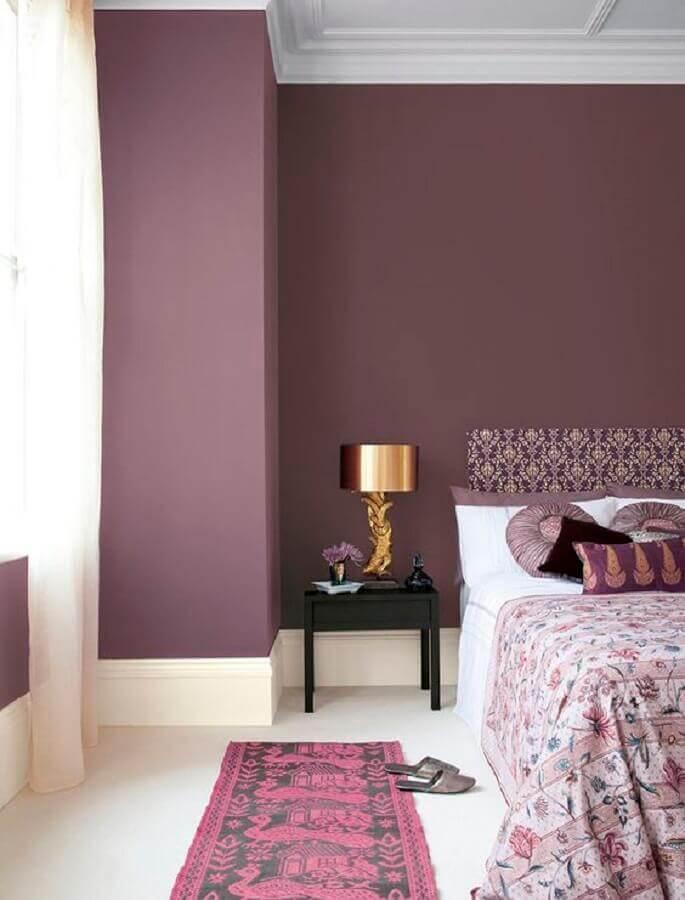 quarto roxo decorado com mesa de cabeceira preta simples Foto Pinterest