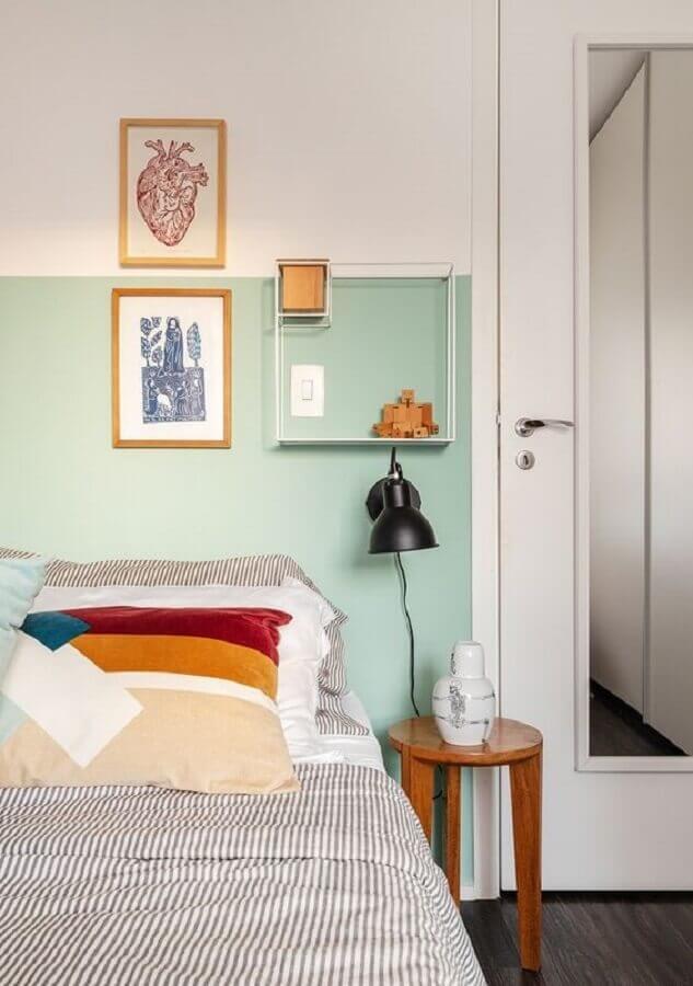 quarto simples decorado com mesa de cabeceira redonda de madeira Foto Histórias de Casa