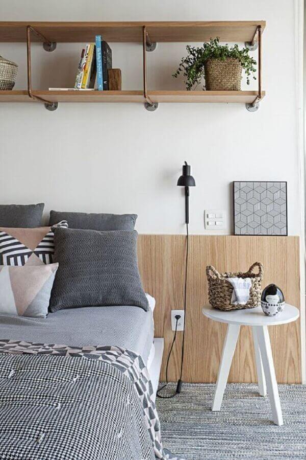 quarto simples decorado com nichos de madeira e mesa de cabeceira pequena Foto Futurist Architecture