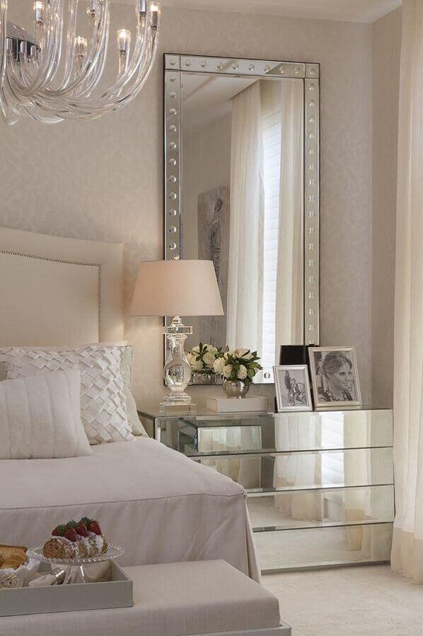 quarto sofisticado decorado em tons de bege com mesa de cabeceira espelhada Foto Pinterest