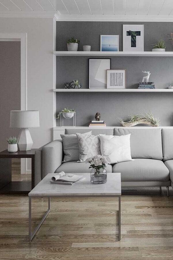 sala cinza decorada com mesa de canto de madeira quadrada  Foto Pinterest