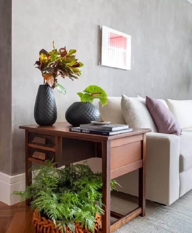 sala decorada com mesa de canto de madeira  Foto Jeito de Casa