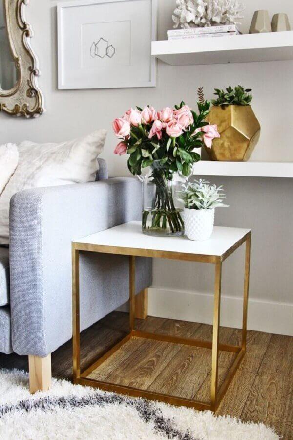 sala decorada com mesa de canto quadrada com estrutura dourada  Foto Bloglovin'