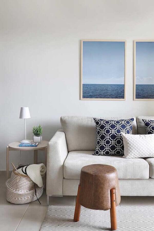sala minimalista decorada com mesa de canto redonda de madeira clara  Foto Apartment Therapy