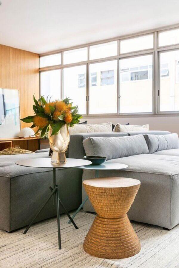 sala moderna decorada com sofá modular cinza e mesa de canto redonda  Foto Casa de Valentina