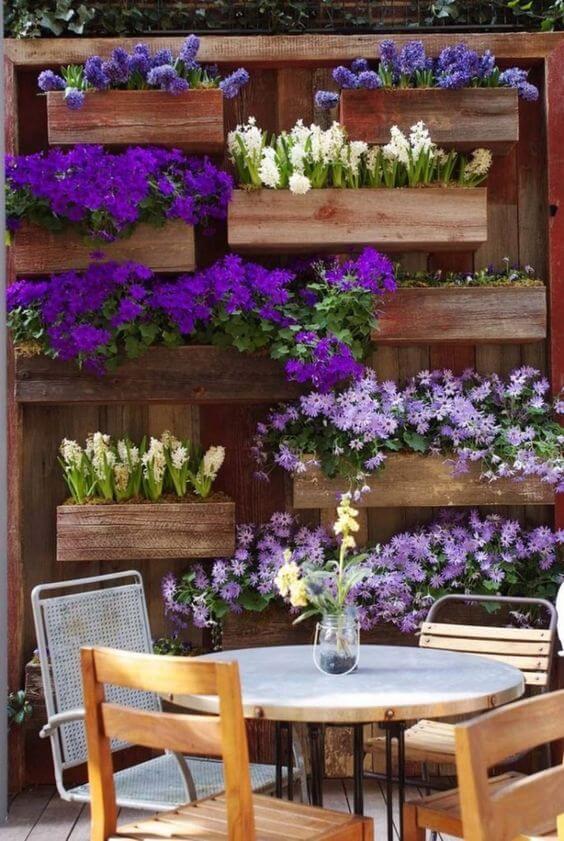 Jardim vertical na varanda decorada com flor roxa