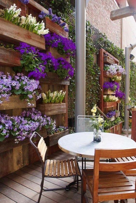 Jardim vertical flor roxa moderna