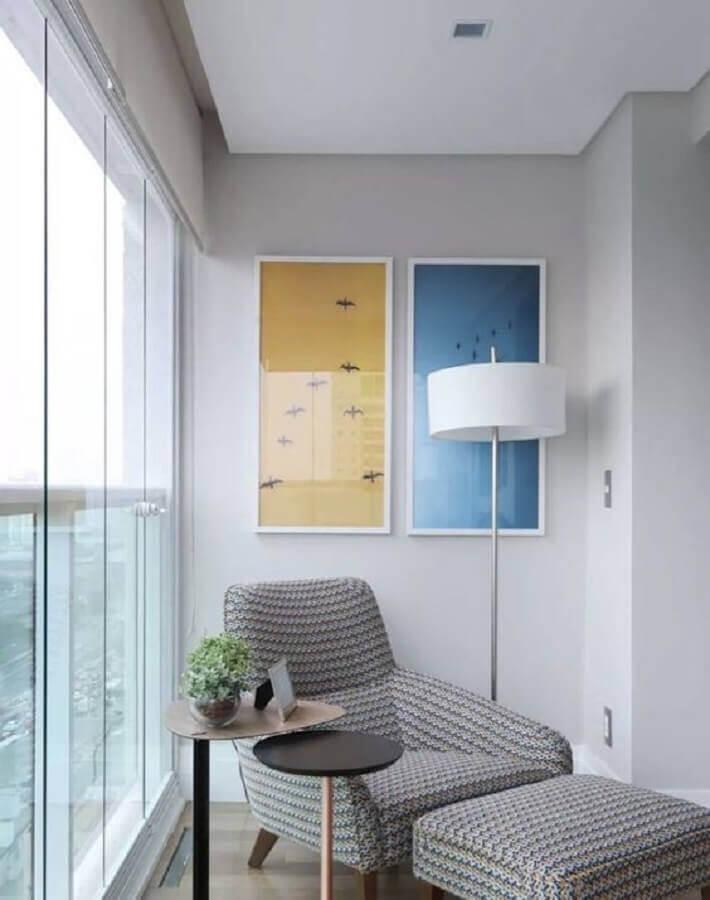 varanda decorada com mesa de canto e poltrona cinza Foto Tallita Lisboa