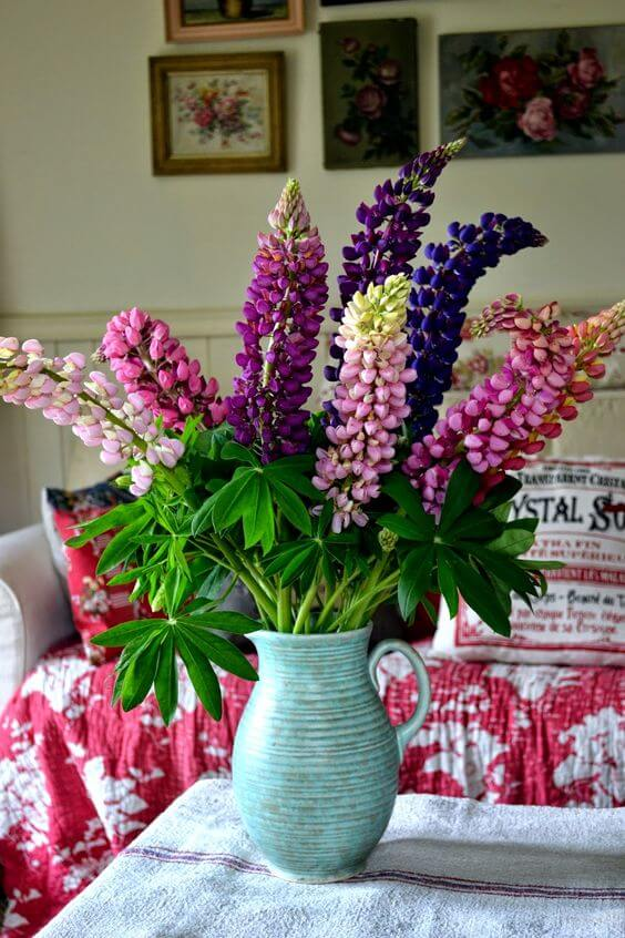 Vaso flor roxa na mesa de jantar