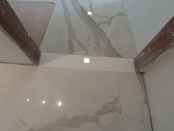 Soleira branca tem tonalidade parecida com o piso