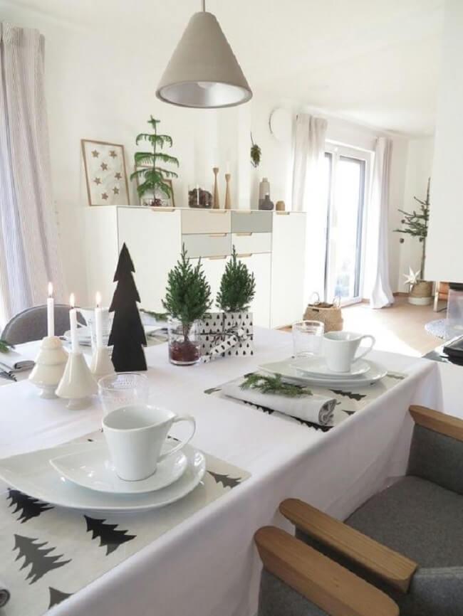 Arranjos com pequenos galhos e castiçais são lindos enfeites de Natal para mesa minimalista