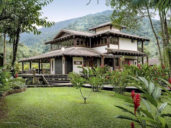 As casas de campo com varanda ao redor se conectam diretamente com a natureza do entorn