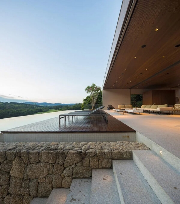 As casas de campo com varanda e piscina com borda infinita são deslumbrantes