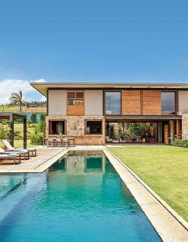 As casas de campo com varanda e piscinas podem ser modernas e sofisticadas, sem necessariamente serem rústicas
