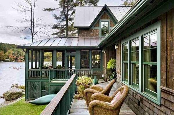Casas de campo com varandas com acabamento em madeira