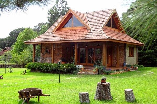 Casas de campo com varandas em madeira são bem bem aconchegante