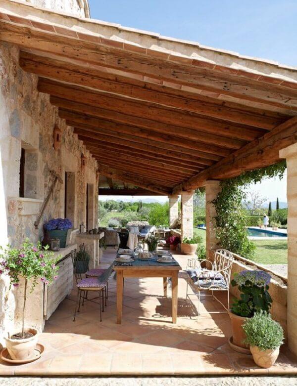 Com planejamento é possível reunir várias pessoas nas casas de campo pequenas com varanda
