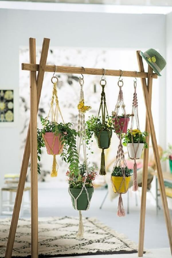 Estrutura criativa acomoda vasos para jardim suspenso