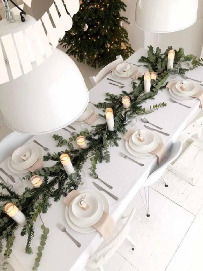 Folhas secas, flores e até as tradicionais nozes e castanhas são ótimos enfeites de Natal para mesa natural