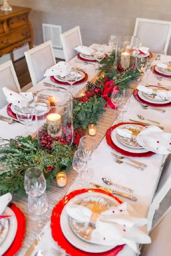 Invista em fitas para unir os talheres e guardanapos da mesa de Natal
