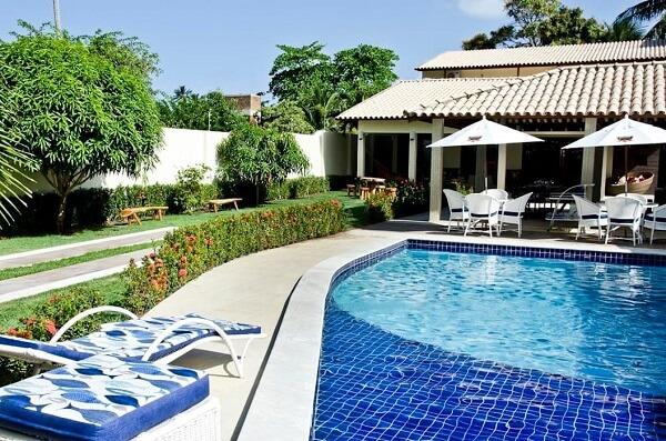 Invista em projetos de casas de campo com varanda e piscinas