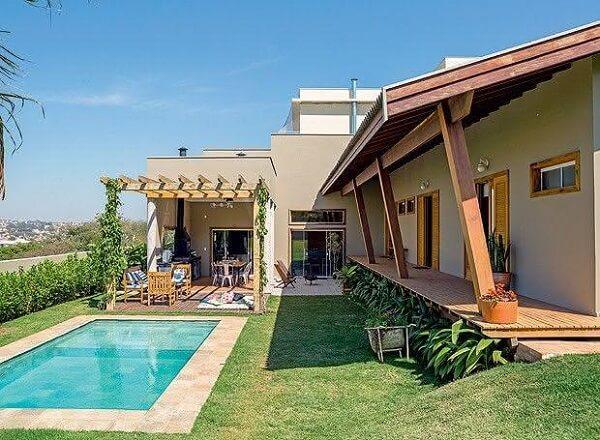 O pergolado é uma excelente forma de cobertura para as casas de campo com varanda e churrasqueira