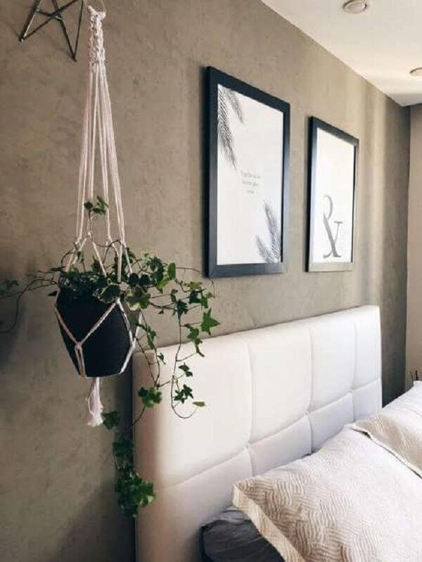 O suporte para vaso suspenso delicado traz muito charme para esse quarto