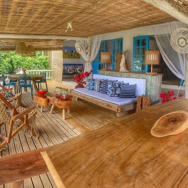 O teto com forro de palha pode ser uma ótima alternativa para as casas de campo com varandas