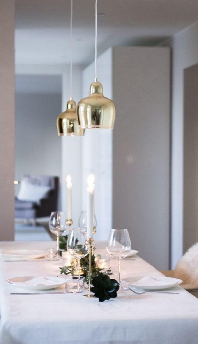 O tom branco pode estar presente em diferentes enfeites de Natal para mesa minimalista