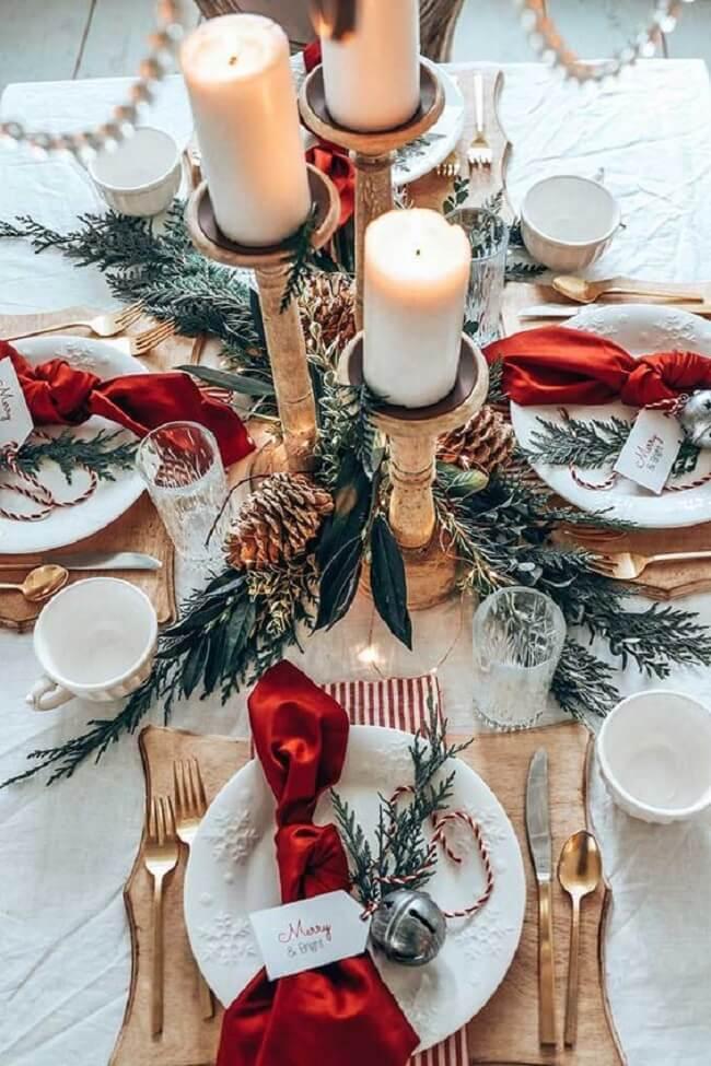 Os enfeites de Natal para mesa em tons de vermelho e verde são quase uma presença garantida na decoração de todo ano