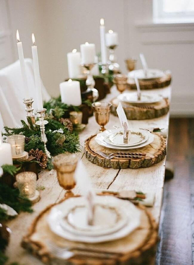 Os sousplats personalizados são ótimos enfeites de Natal para mesa natural