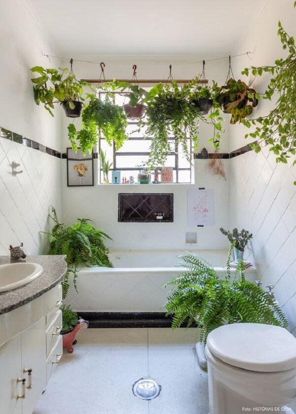 Os vasos suspensos na parede trazem frescor para a decoração