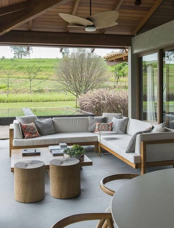 Para as casas de campo com varanda e churrasqueira procure investir em móveis que possuem grande durabilidade e que exigem pouca manutenção