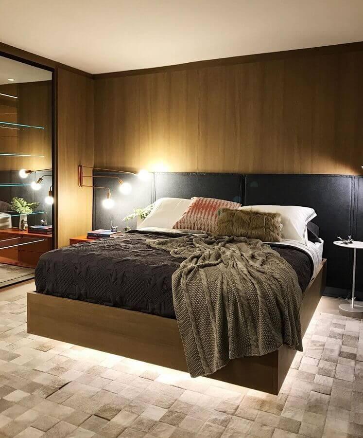 cabeceira preta para quarto de casal moderno decorado com tapete bege de couro Foto Arquitetando Ideias