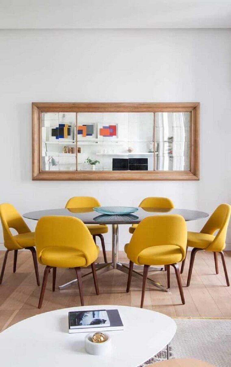 cadeiras amarelas para decoração de sala de jantar com espelho na parede Foto Archilovers