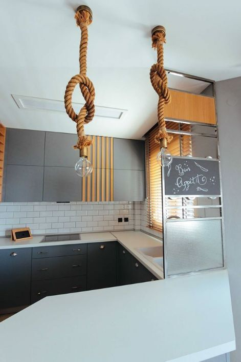 Cozinha com pendente rústico de corda