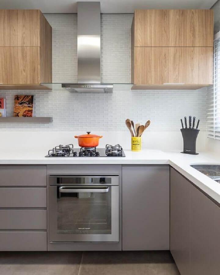 cozinha em tons de cinza decorada com armário aéreo de madeira  Foto Pinterest