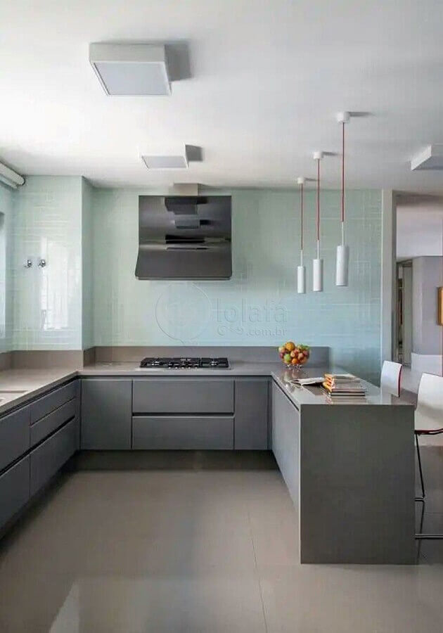 cozinha em tons de cinza decorada com revestimento azul pastel Foto Incasa Design