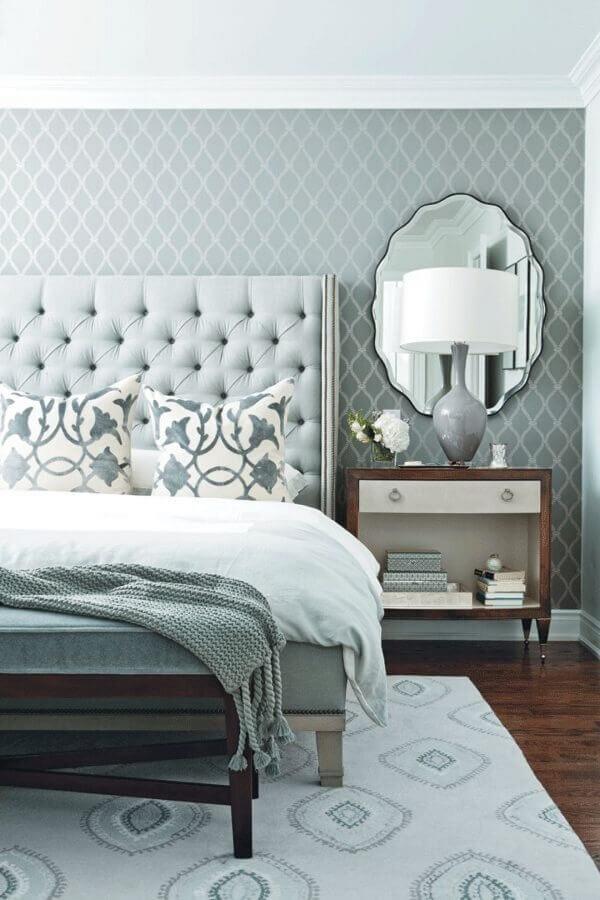 decoração clássica em tons de cinza para quarto com cabeceira capitonê Foto Pinterest