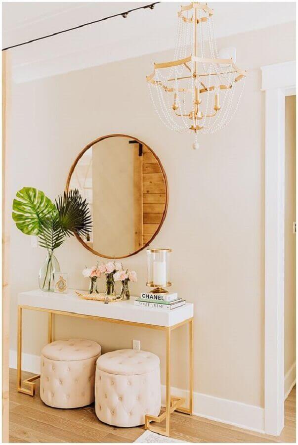 decoração com aparador e espelho de parede redondo dourado Foto Haute Off The Rack