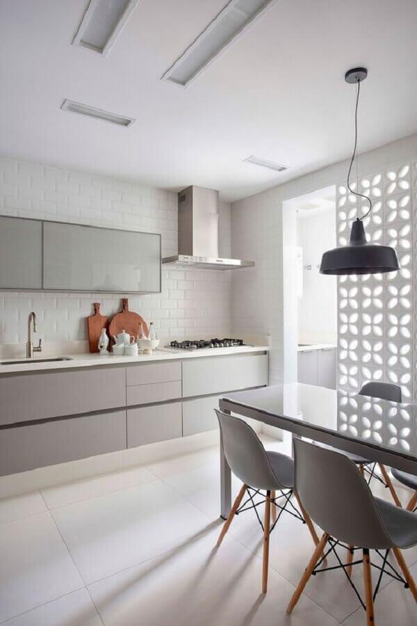 decoração cozinha planejada em tons de cinza claro  Foto Casa de Valentina