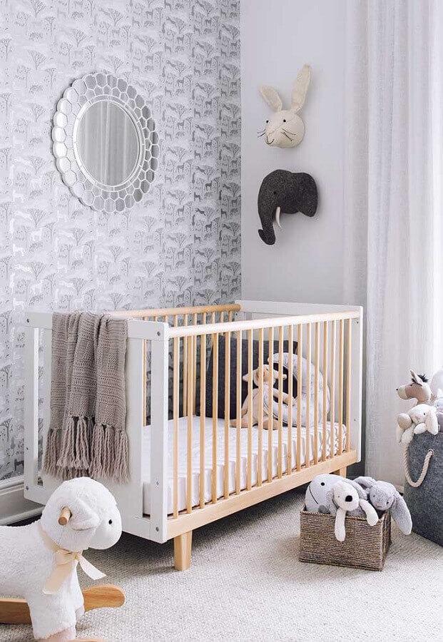 decoração de quarto de bebê com papel de parede tons de cinza e berço de madeira  Foto Casa de Valentina